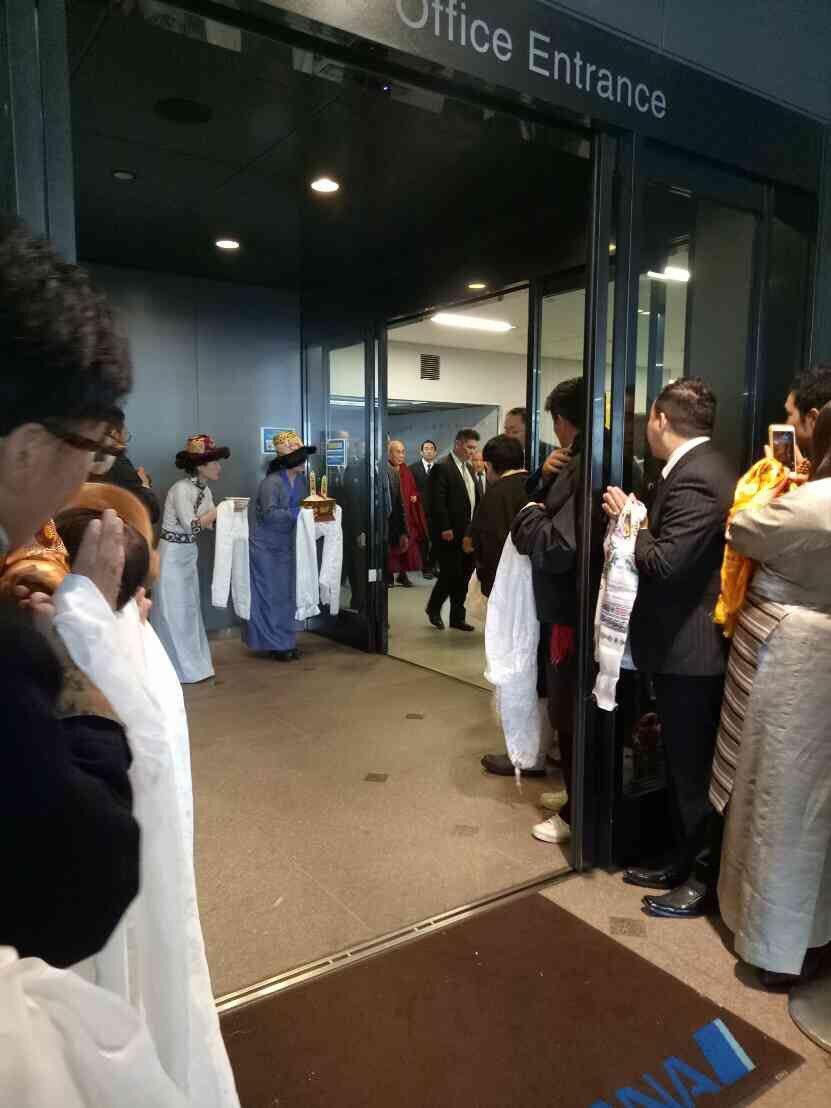 先ほど、ダライ・ラマ法王様が来日されました!成田なう。 https://t.co/r8jcrWMifn