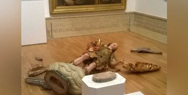 Museumgoer Takes Selfie By 18th-Century Sculpture, Knocks Over 18th-Century Sculpture