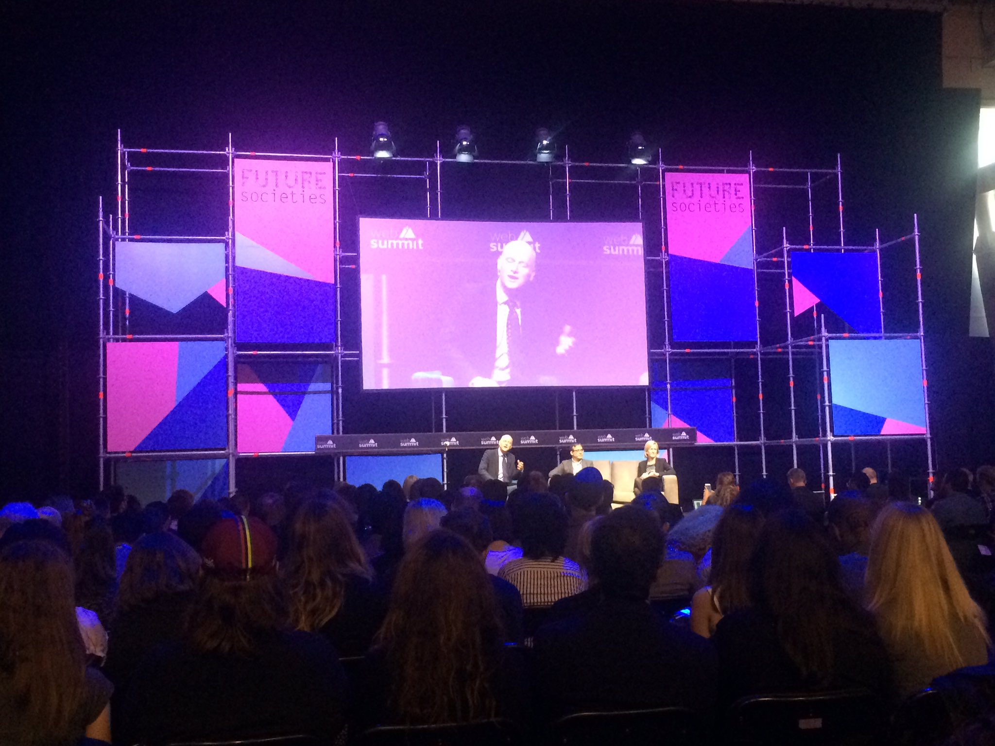 My first session from the #WebSummit The filter bubble vs democracy. All eyes on #FutureSocieties https://t.co/Eso16Wj3jN