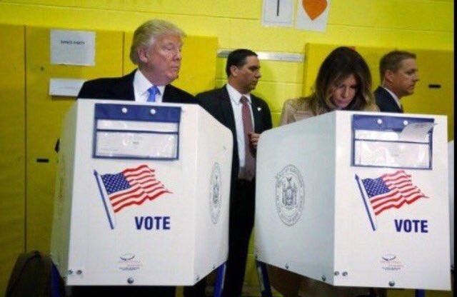 [오늘의 절묘한 사진] 트럼프 미 대선 후보가 옆 부인의 투표 장면을 훔쳐 보고 있음... ㅋ https://t.co/fov3CXYiu9