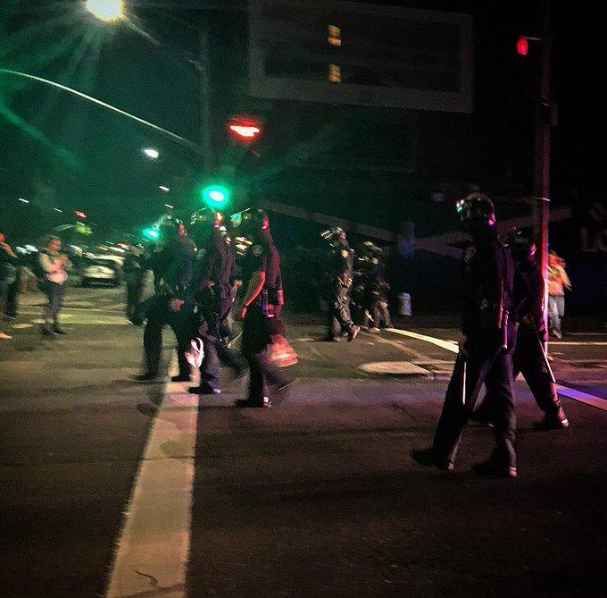 Cwz0IPtUsAANlpR Анти-трамповский майданы: американцы жгут шины и бьют витрины магазинов