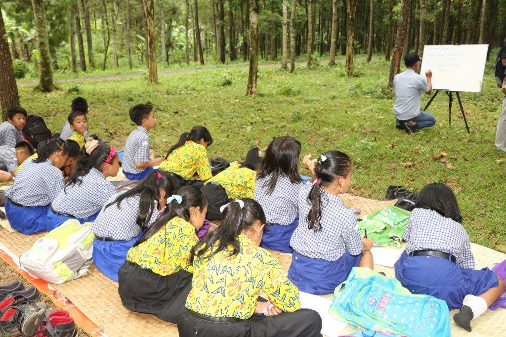 Abdullah Azwar Anas On Twitter Ke Wisata Hutan Pinus Songgon Lg Happening Anak Mudanya Mengajari Bhs Inggris Utk Anak Sktr