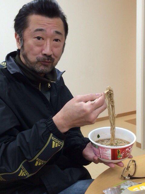 おそばを食べる大塚明夫
