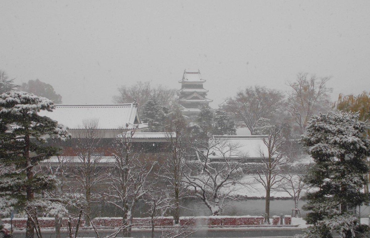 11月24日 午前8時20分 国宝松本城 積雪 https://t.co/lQsdHf552X