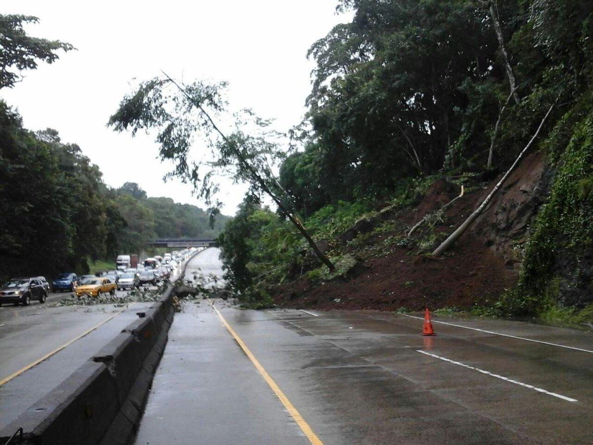 #ENAReporta deslave de tierra en Corredor Norte, a la altura del km8, sentido de Ascanio Villalaz a Martin Sosa. https://t.co/y0OH0J6ulk