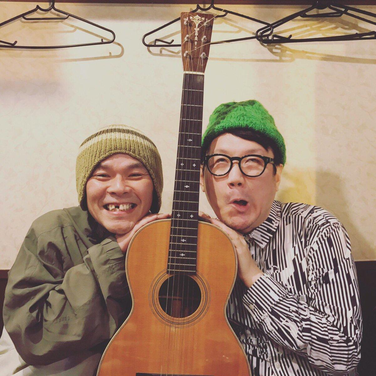 知久さんのギターが僕のところにやってきました。昨夜はその授与式。嬉しすぎて顔がバグってます。大切に弾きます! https://t.co/dTVBAHXOm0
