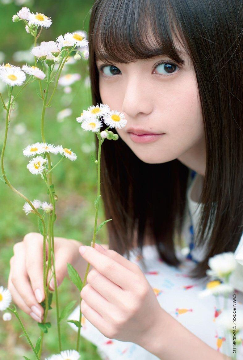 白い小さな花と同じくらい可愛くて色白な齋藤飛鳥