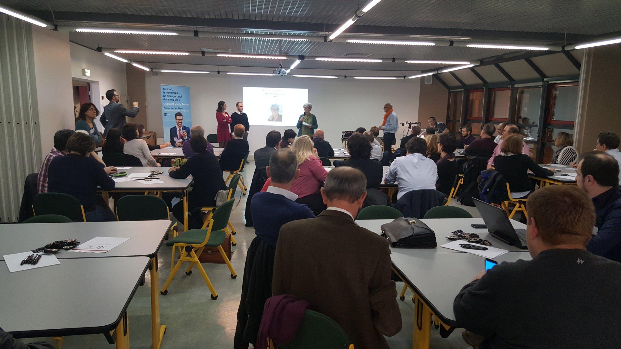 """Atelier collaboratif """"apprendre à l'heure du numérique """", un partenariat @orangeain @AltecCCSTI #dsfbourg. Plus de 60 personnes sont là! https://t.co/qPMsksRAlm"""