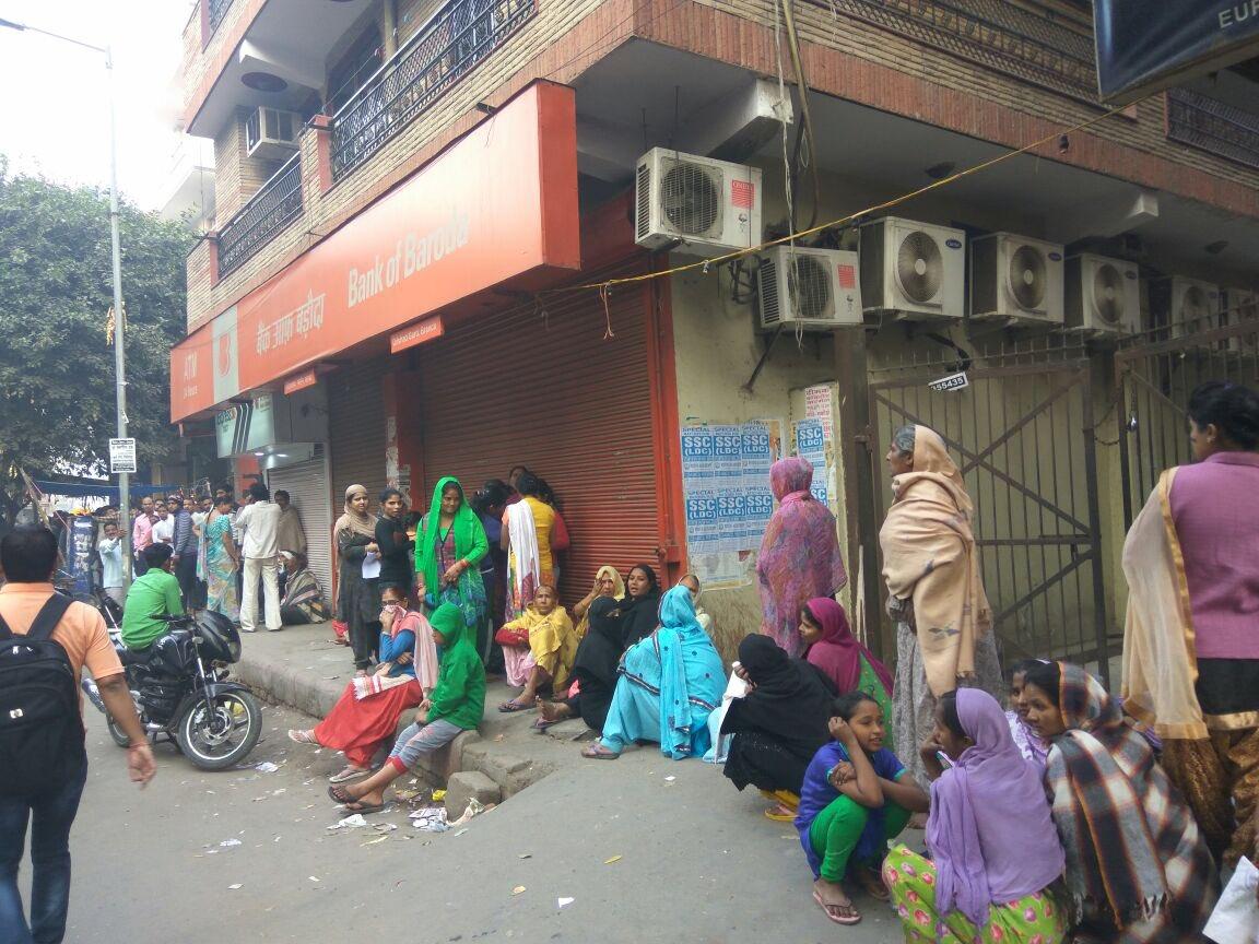Scenes outside ATMs this morning. Pic by @the_hindu photog @rvmoorthyhindu https://t.co/I1pgGgSYym