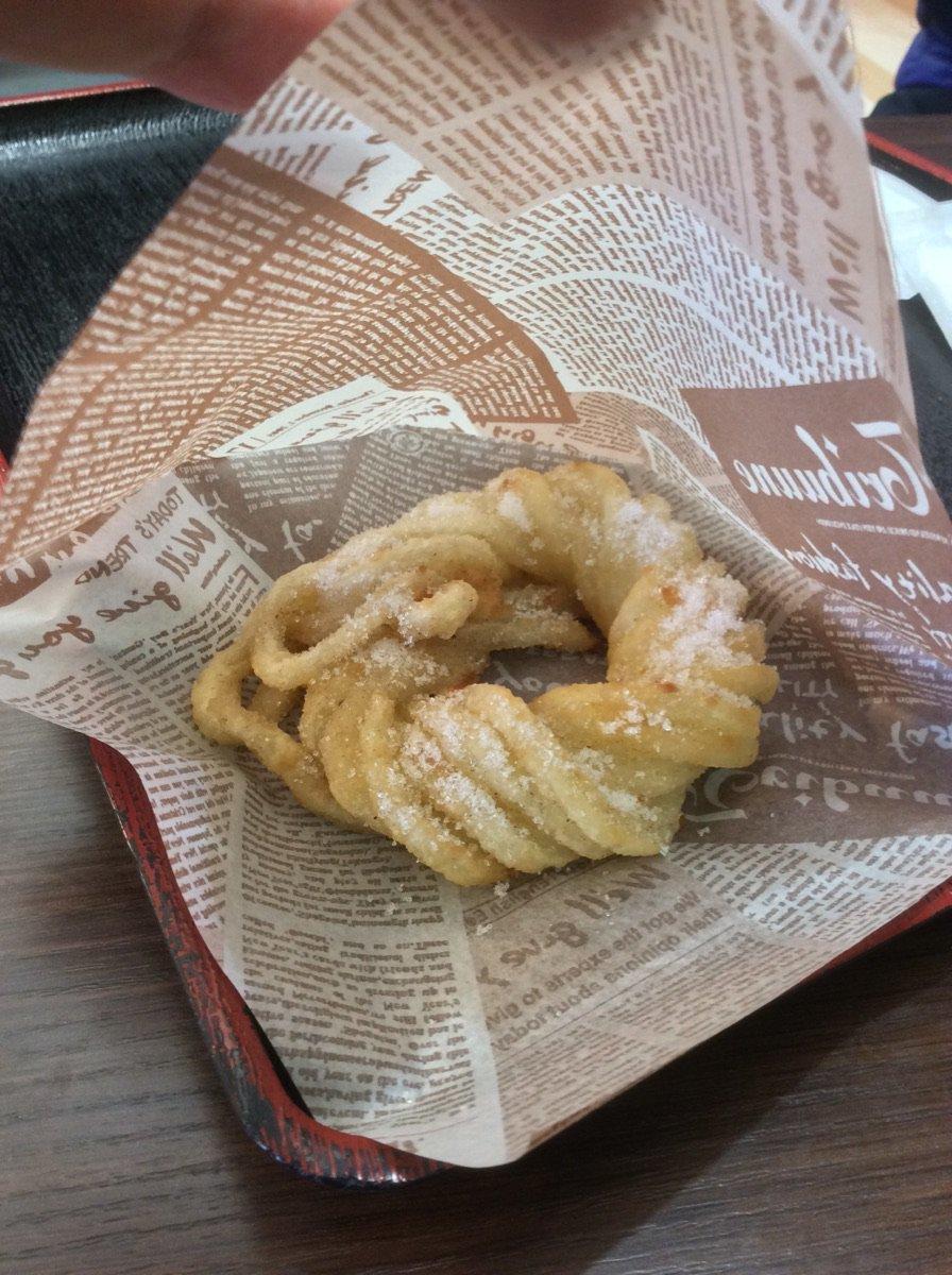 「うドーナツ」!! ドーナツをうどんっぽく作ったとかそんな生ぬるいモンじゃねぇ…………! これ、うどんそのものを束ねて揚げて砂糖をまぶした、揚げたて砂糖饂飩だッッ……!!(震