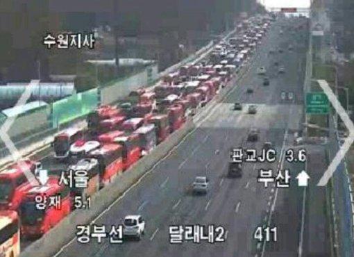 <속보 3:04> 고속도로 상행선 전세버스로 주차장 방불케하는 상황.. 제보 사진을 보고도 믿을 수 없을 지경 https://t.co/RQ4Bj89j1B
