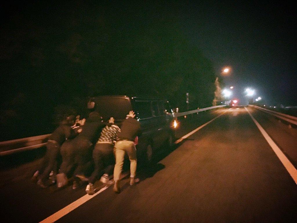 ガス欠になったロコの車をロコダスト6みんなで押した日。 https://t.co/DKZqjYf5g4