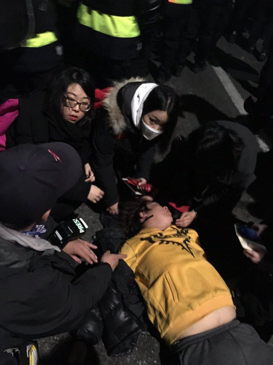 경찰 집압으로 시민이 크게 다쳤습니다.  시민이 기절했는데 경찰은 괜찮다고만 합니다. https://t.co/lKZgZ87hpc