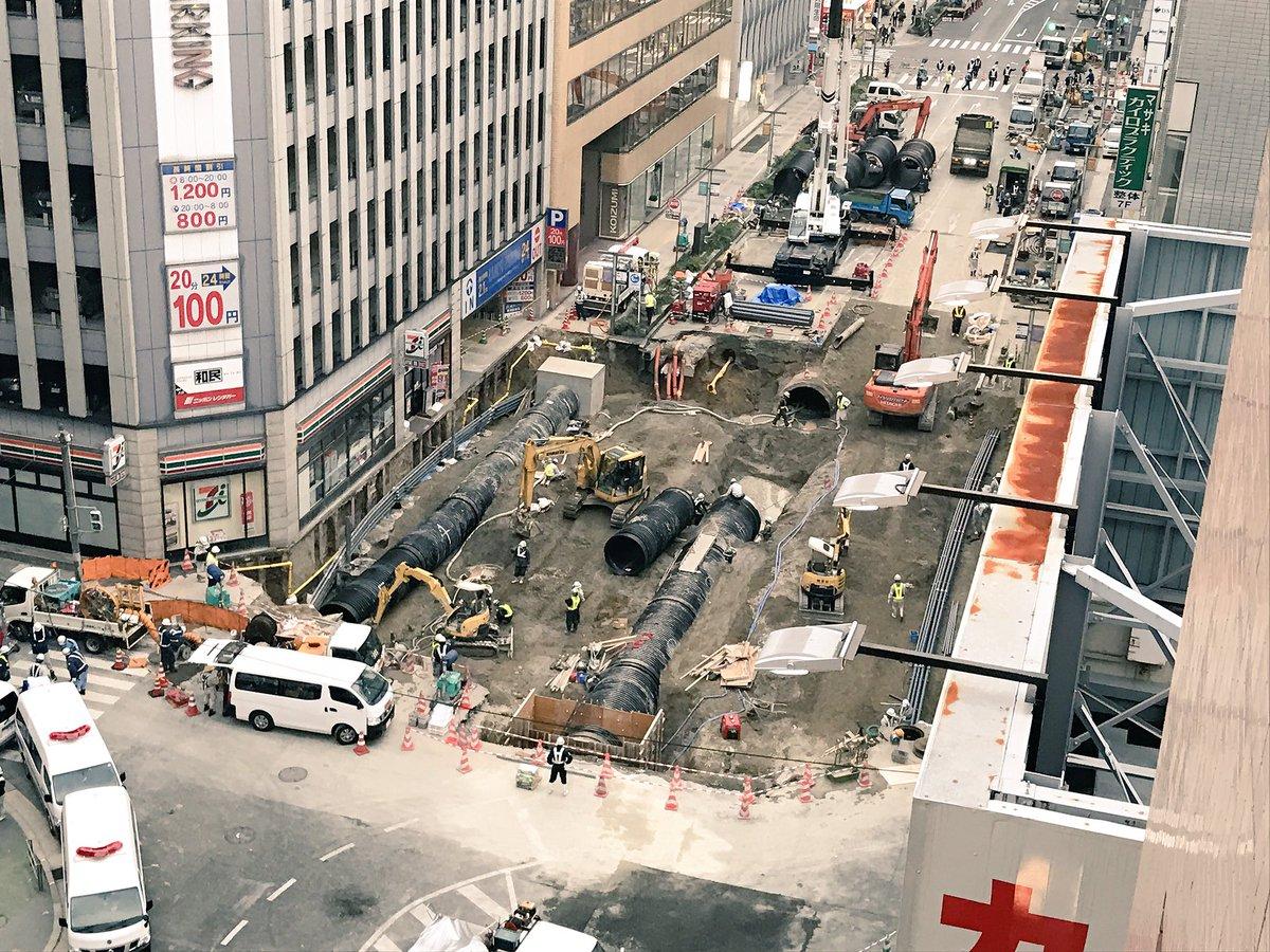 博多駅前の陥没現場に一番近いホテルにチェックインして、復旧工事の現場をずーっと眺めてました。重機好きには堪らない特等席!復旧はもうすぐです。