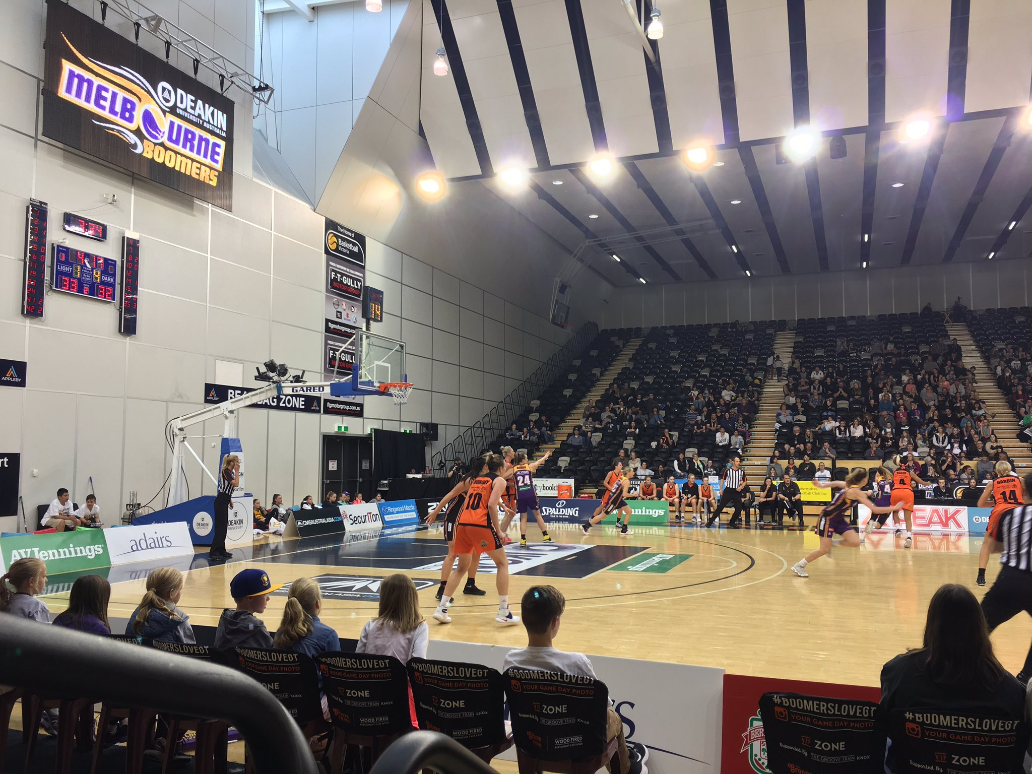 A close match here - the @Deakin @MelbourneBoomer down one point with a minute until half time, 37-38. #DeakinWISE #WomenInSport https://t.co/kxFld4dc9Q