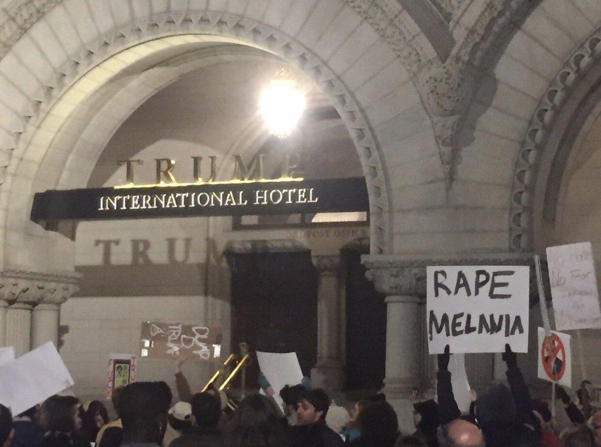 選挙結果を認めないクリントン派のデモ隊が、トランプホテルの前で「メラニアをレイプしろ」と掲げている。 https://t.co/b08zU67LzY https://t.co/uw3dXKtOl3