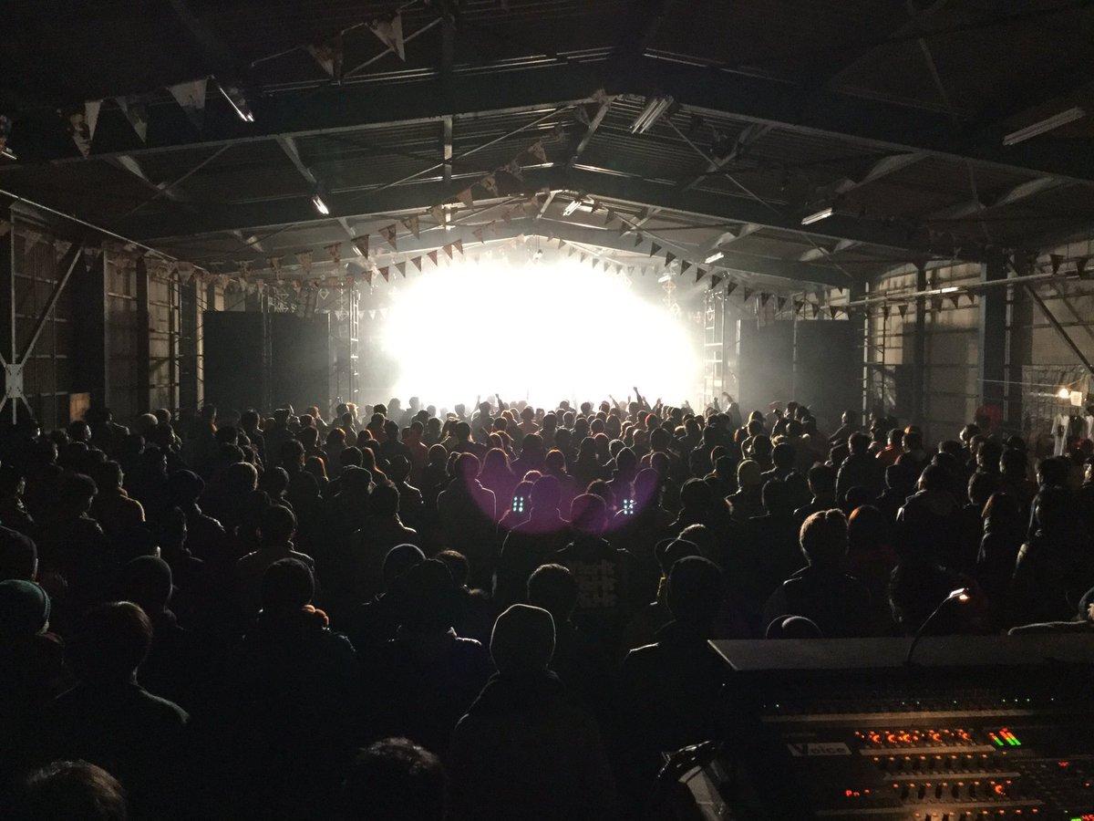 DO IT2016、本当に素晴らしかった。あのステージからの景色は絶対に忘れない。地元の友達やバンドマンが楽しそうにしてる顔をステージから見てて、5人でライブやってるんじゃないんだなってすげぇ安心した。最高だった。みんなありがとう。 https://t.co/KwMjZezUev