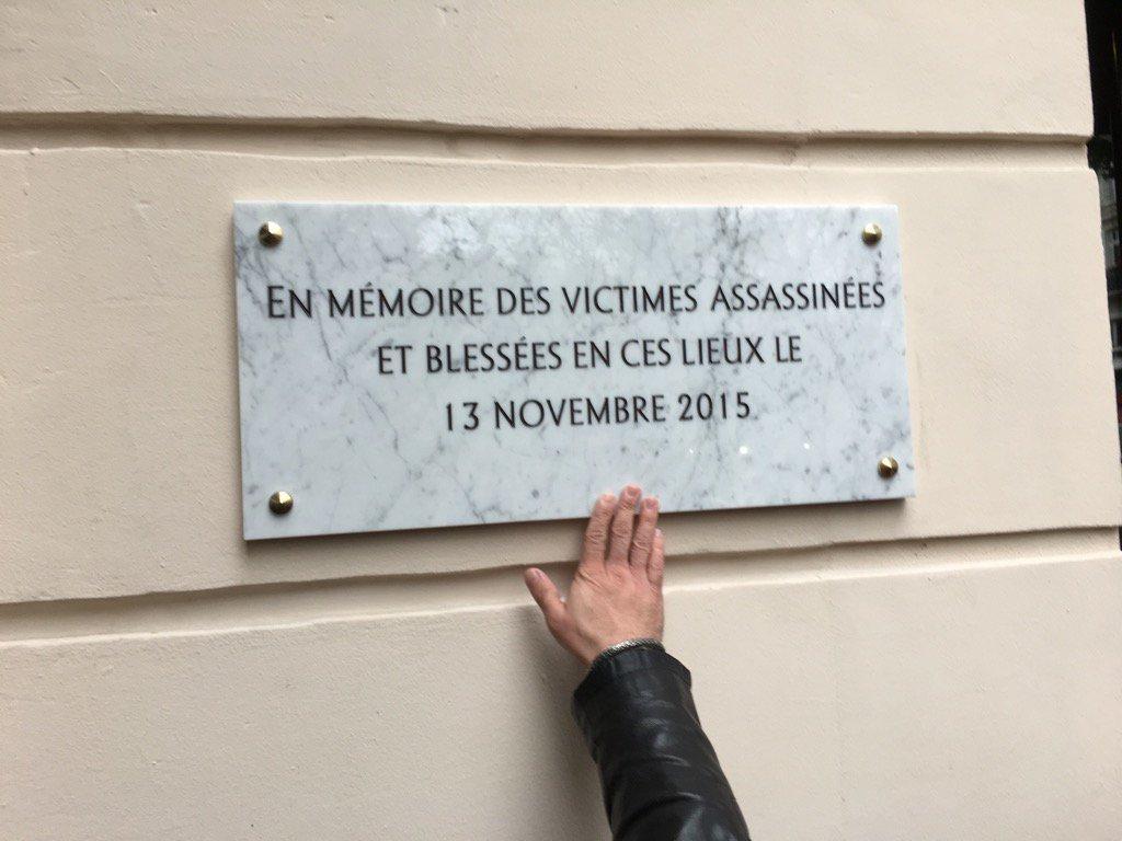 En images : les hommages rendus aux victimes des attentats du #13novembre2015 https://t.co/BYQXTJmqZw https://t.co/W6KKXbbluX