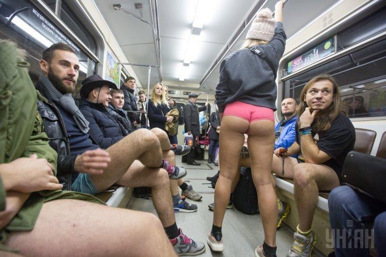 golie-v-metro-v-moskve