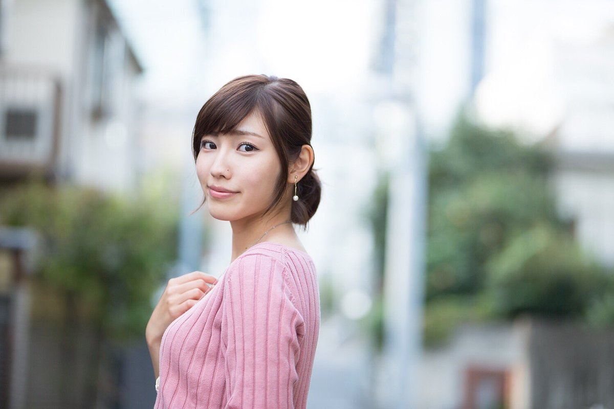 ピンク色のセーターを着た立石晴香