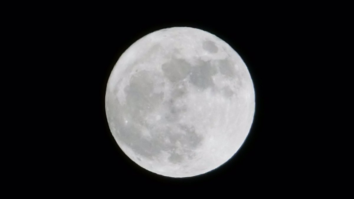 14 Nov.  19:27 雨が予報より早めに上がって、スーパームーンが見られる福岡市上空です。 Super Moon over Fukuoka City, Japan https://t.co/hwEOsPf1q3
