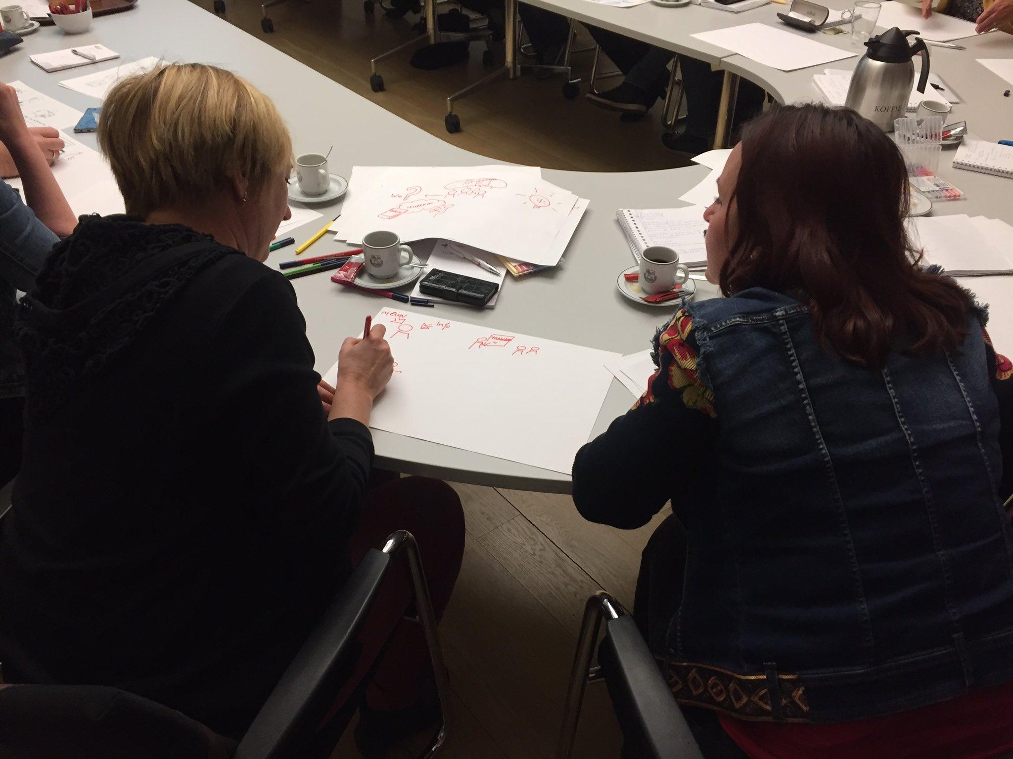Tekenen terwijl je in gesprek bent, tijdens de visual notes workshop #MIJW 'Hoe ben jij meester in je werk?' https://t.co/AKZg8fGeHn