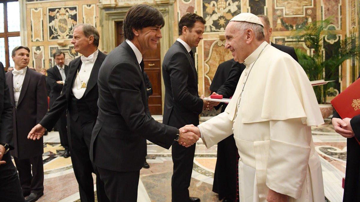 Папа Римский встретился сфутболистами сборной Германии