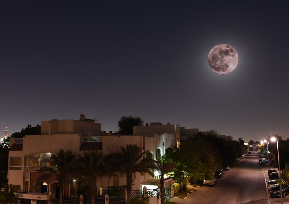 What everyone wanted the #supermoon to look like vs. What it really looked like. #Dubai #MyDubai #UAE https://t.co/9Wrmt7sgQV