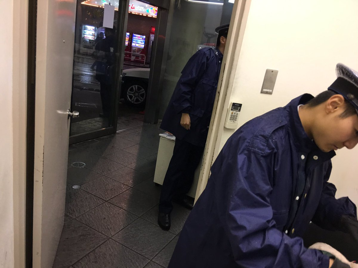 ヤバイです。歌舞伎町の警察に拘束されました。リュックからDOITフェスで使う予定だったチャッカマンと爆竹、そしてびしょびしょのビキニパンツが出てきました。警官の数がどんどん増えてます。大阪に帰る夜行バスに間に合いません。