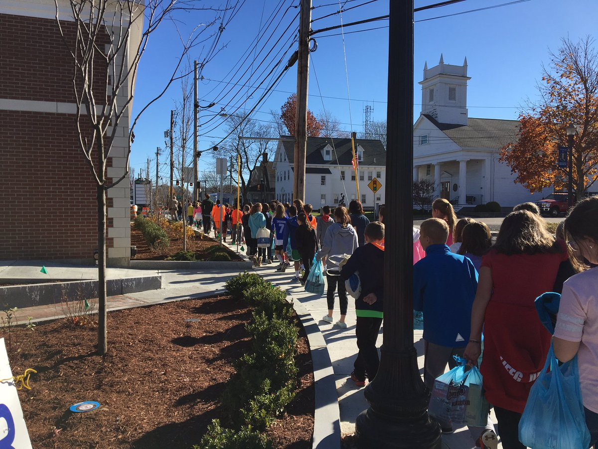 Davis Thayer students walking to the Franklin Food Pantry (school photo)