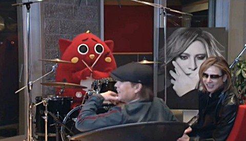 【朗報】ドラムを叩くゆるキャラとYOSHIKIが遂に共演!本人の前で紅をドラム演奏www - https://t.co/nMplfOsSKY https://t.co/rnXYNWFk1H