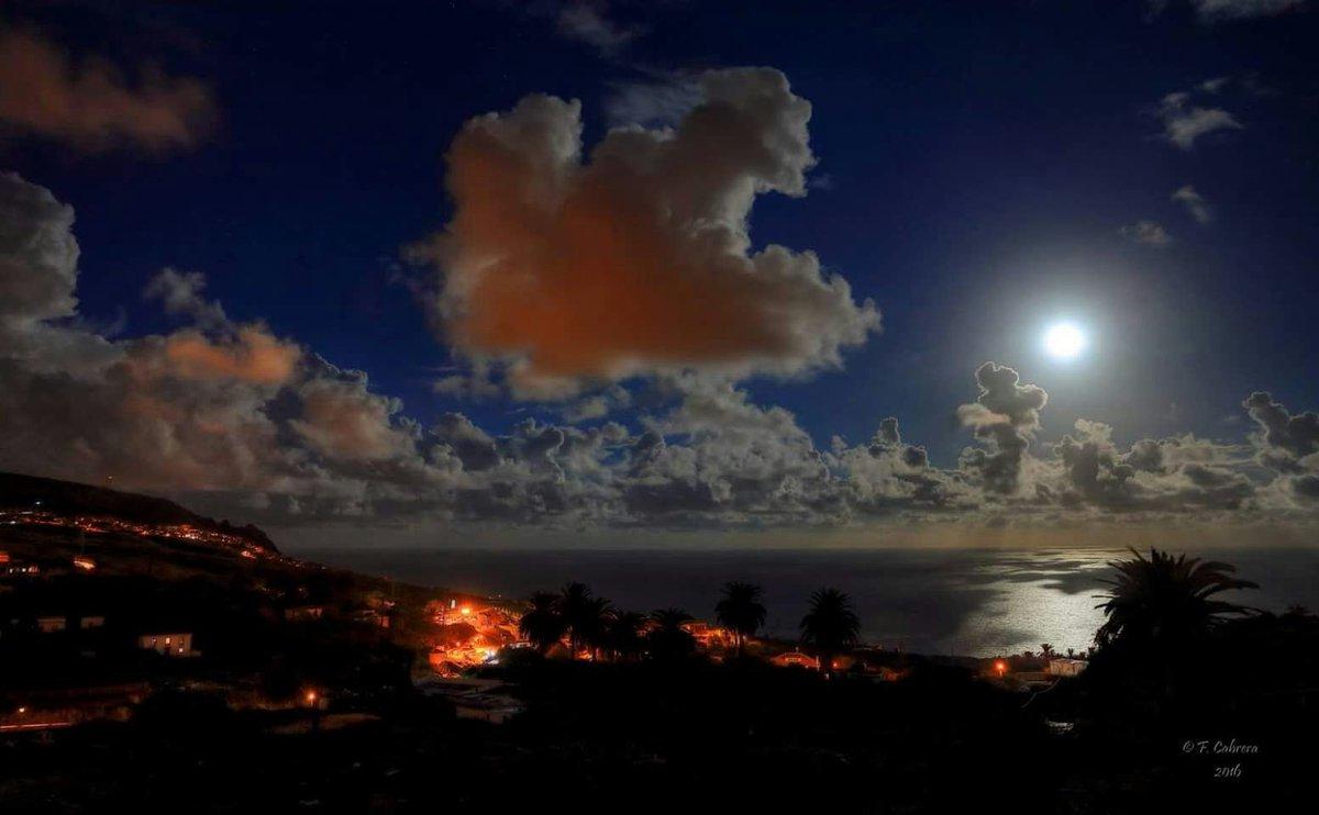 Y la luna se enamoró de #LaPalma ( foto de Facundo Cabrera) https://t.co/cZ3IWzMOs1