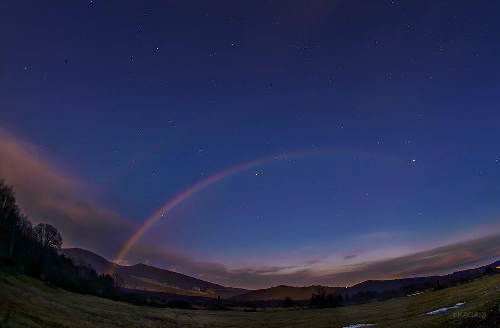 スーパームーンの月光でできたムーンボウ(月虹)。 星空に浮かぶ虹が肉眼で色まで見えました。写真では淡く副虹(外側の虹)も写っています。 虹の右端で光る明るい星は木星。ここまで鮮明に月虹を撮れたのはわたしは初めてです。 (今朝夜明前に青森県で撮影)