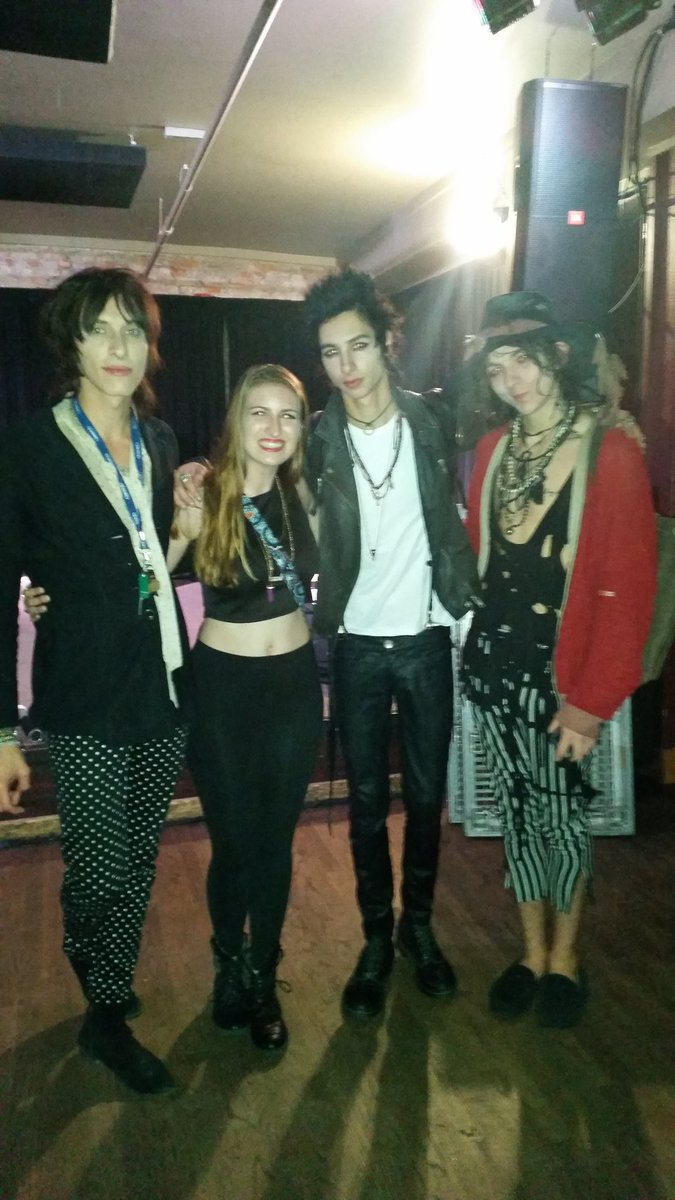@PalayeRoyale here's a picture of all of us ♡ Also, check your Facebook notifications to see something very special https://t.co/HaA86oksgx