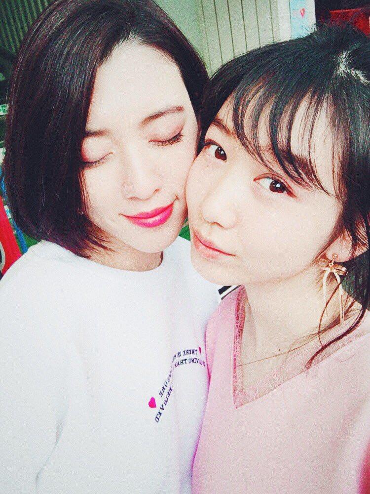 ほほを寄せ合う三吉彩花と岡本夏美
