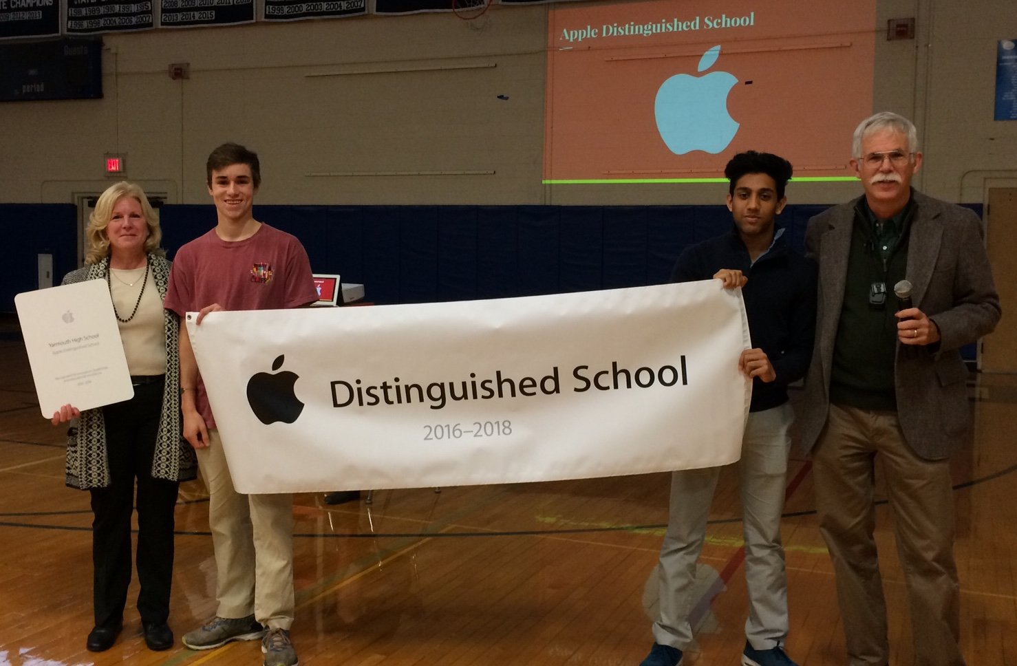 @jmoulton and @taramaker from Apple joined us to present the Apple Distinguished school award to Students #yhslearns https://t.co/FDernbimvP