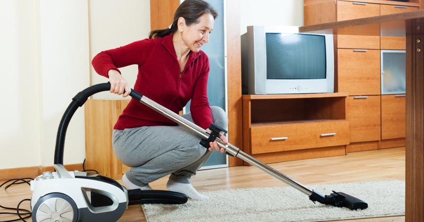 Pulizie di casa: reato fare le faccende domestiche alle 6 del mattino