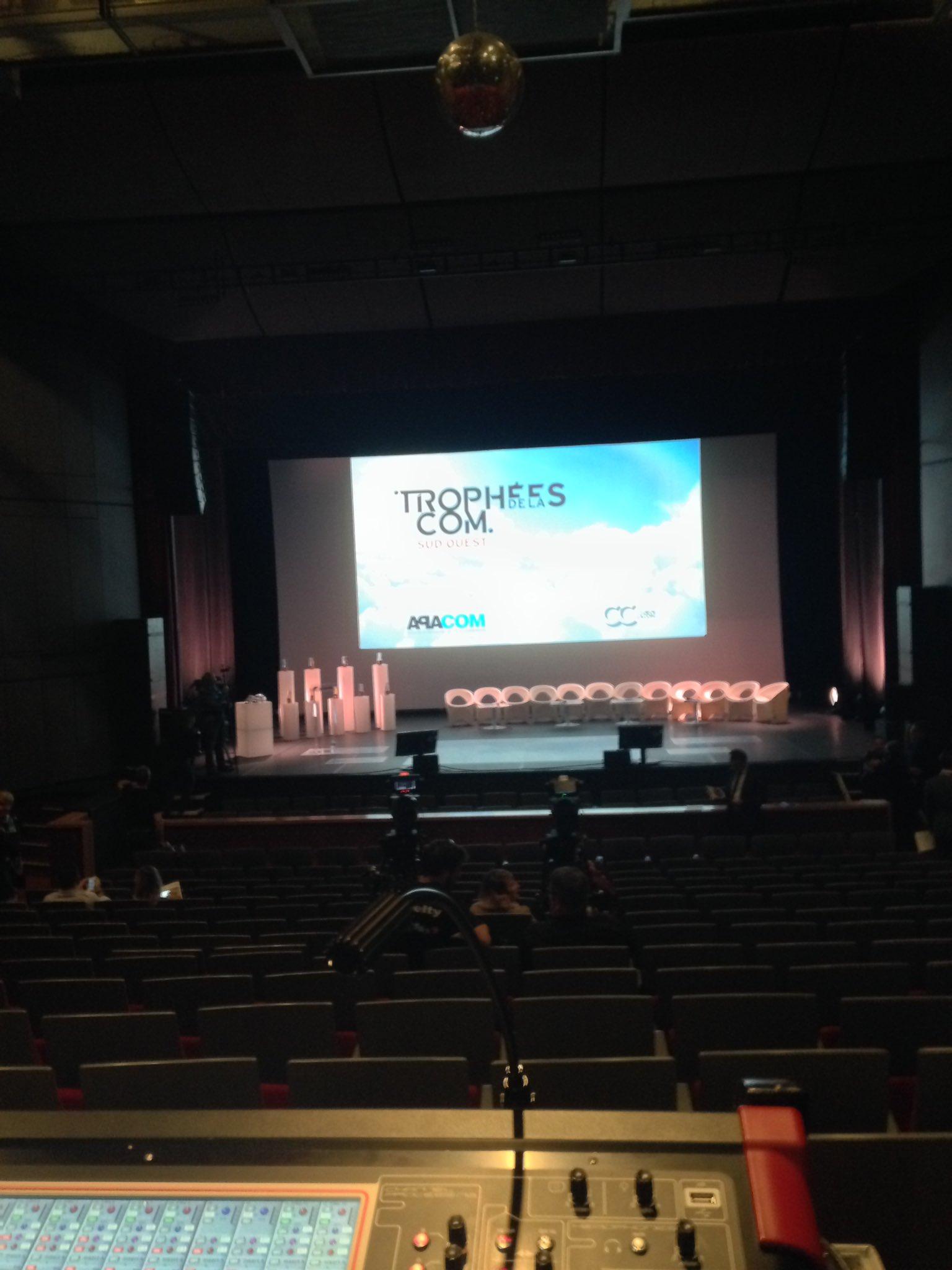 On stage... #TropheesCom On n'attend plus que ... vous ! https://t.co/gKvfjstT9K