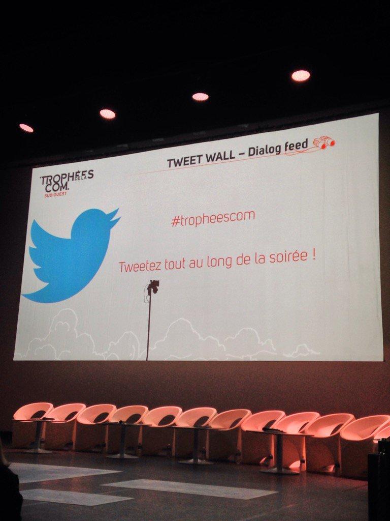 Le message est clair 😀. Amis twittos, c'est votre soirée. Partagez sur notre belle soirée des #TropheesCom ! https://t.co/V4LwM1YgTc