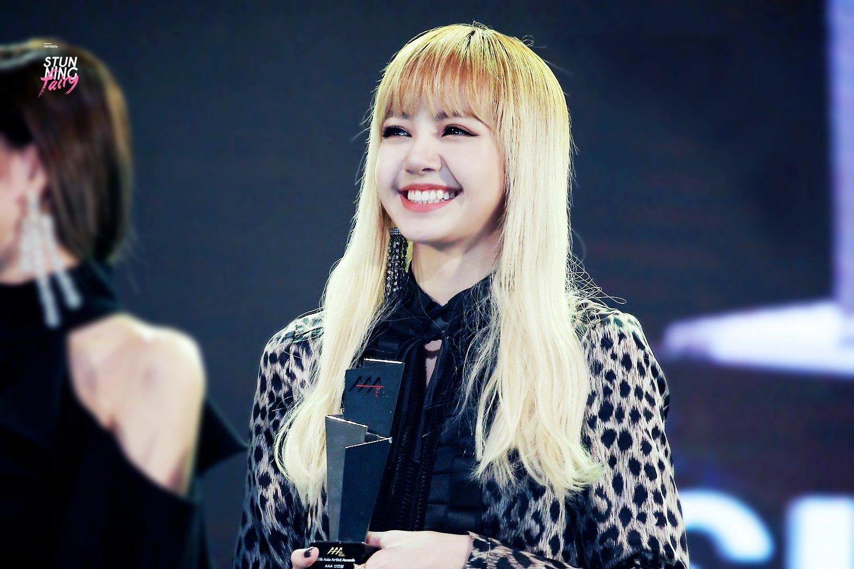 Senyum Bahagia Lisa Ketika Menerima Penghargaan