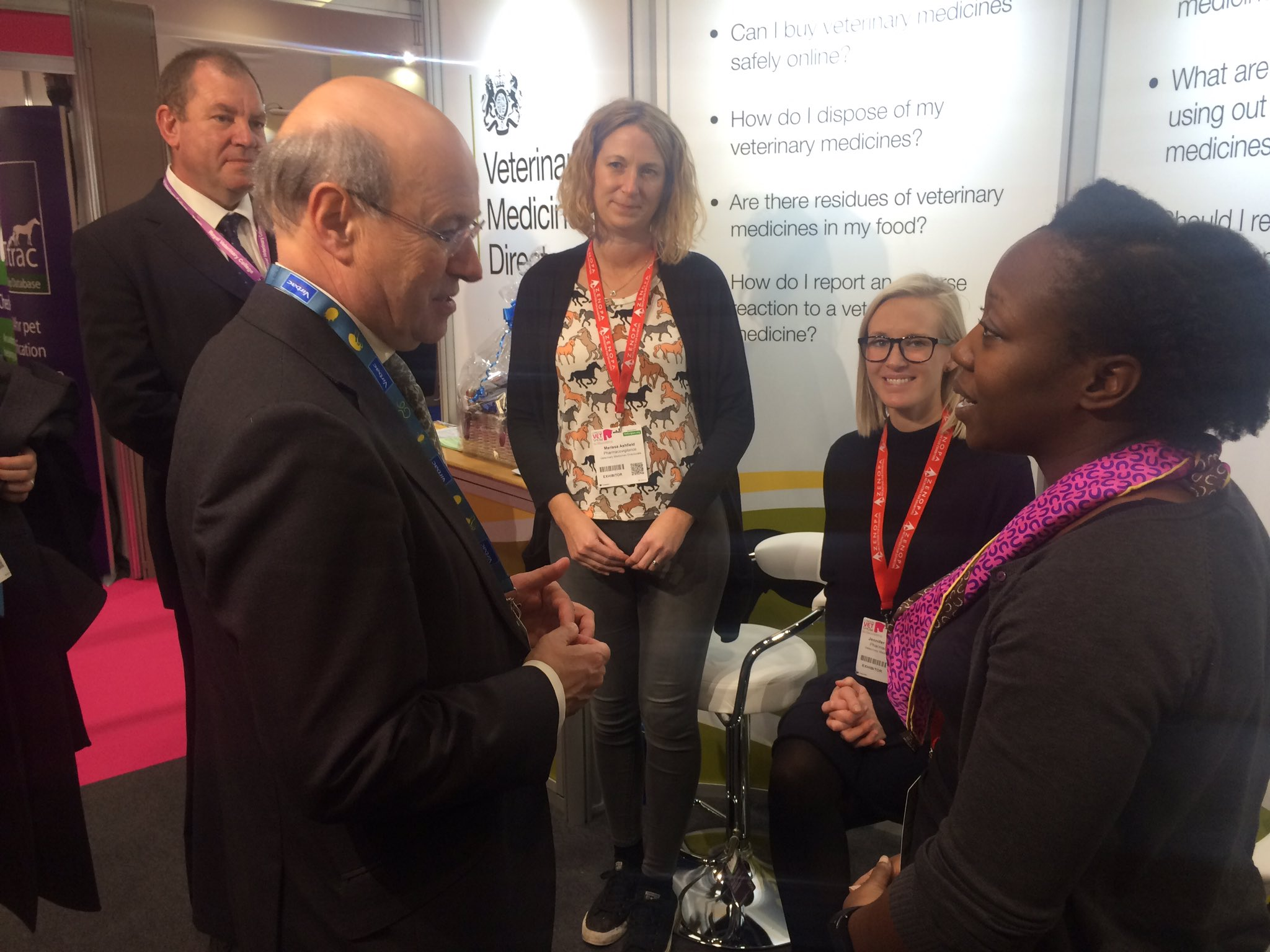 @DefraGovUK Minister Lord Gardiner & BVA JVP John Fishwick discuss AMR with #VMD vets at #vetshow #EAAD2016 https://t.co/hSushX9hca