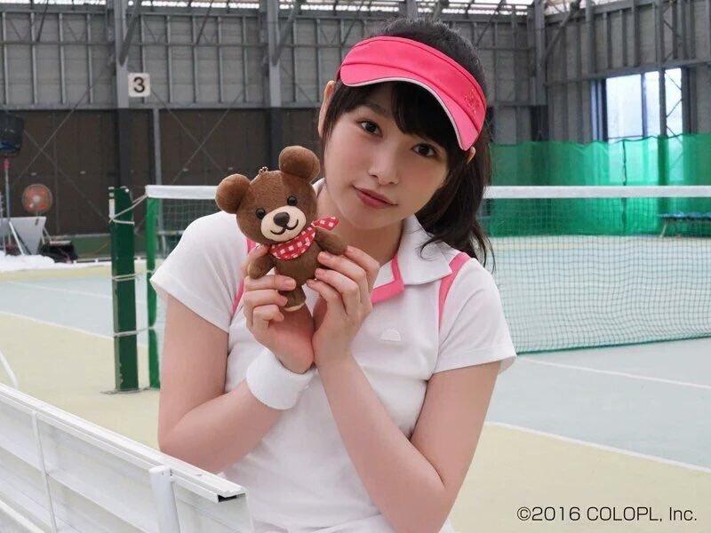 スポーティな格好でクマのぬいぐるみを持つ桜井日奈子