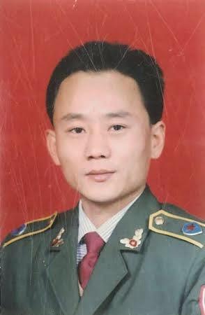 """范寶琳,前陝西銅川國家安全局偵查員 。因同情六四學生,向海外民運組織""""洩露國家機密""""而于1999年6月4日被捕,并被判無期的,服刑17年零5個月後獲釋。青春小伙已成體弱多病垂垂老者。#范寶琳 #良心的代價 https://t.co/NUXn8RWbbd"""
