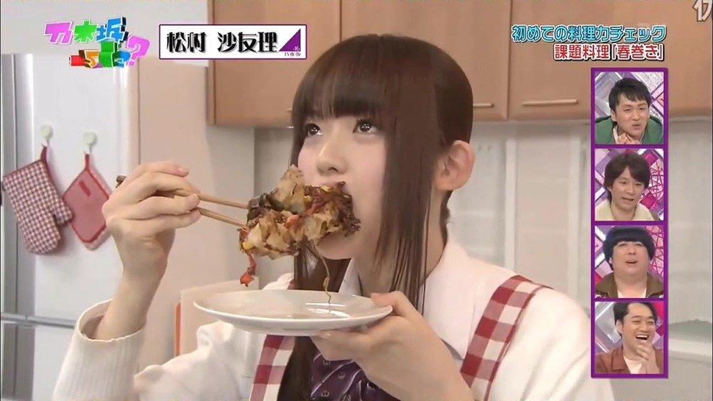 手料理にかぶりつく松村沙友理