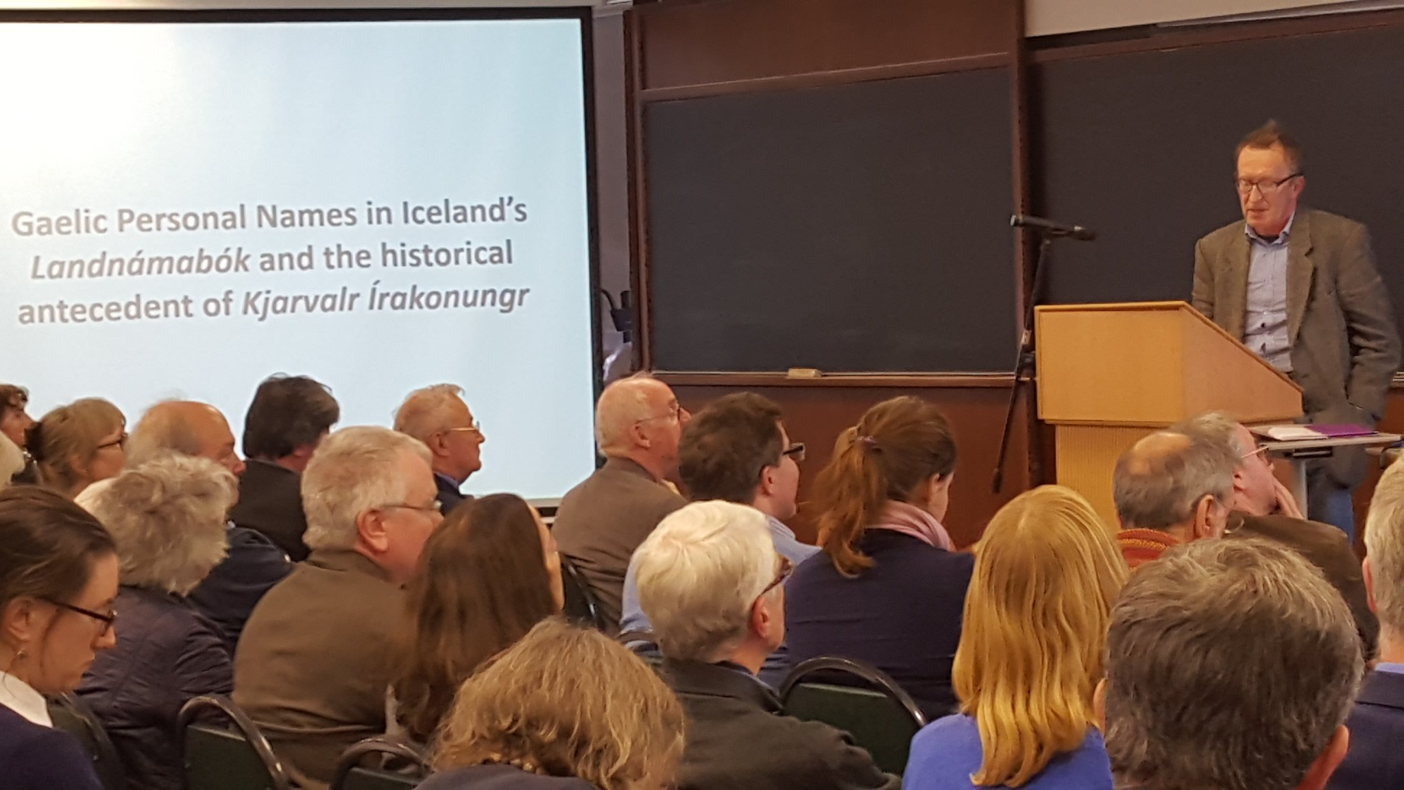 "Packed auditorium at Colmán Etchingham's (@MaynoothUni @MaynoothHist) ""Gaelic names in Icelandic sources"" #SCSTionol2016 https://t.co/RqTsnLRyYs"