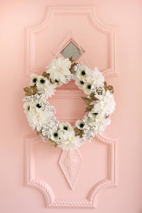 White + Gold Holiday Wreath -- The perfect Holiday DIY!