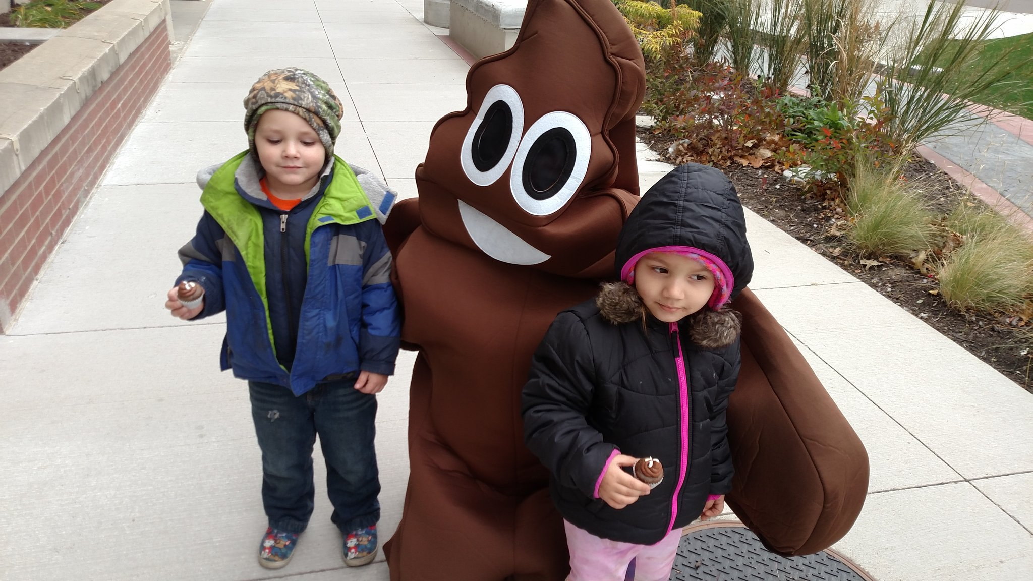 Had a couple kids chase after #pooberta for a pic and cupcakes! #adorable #worldtoiletday #topeka https://t.co/v19iEDN8J4