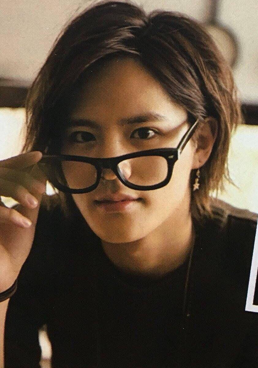 眼鏡姿の岡本圭人