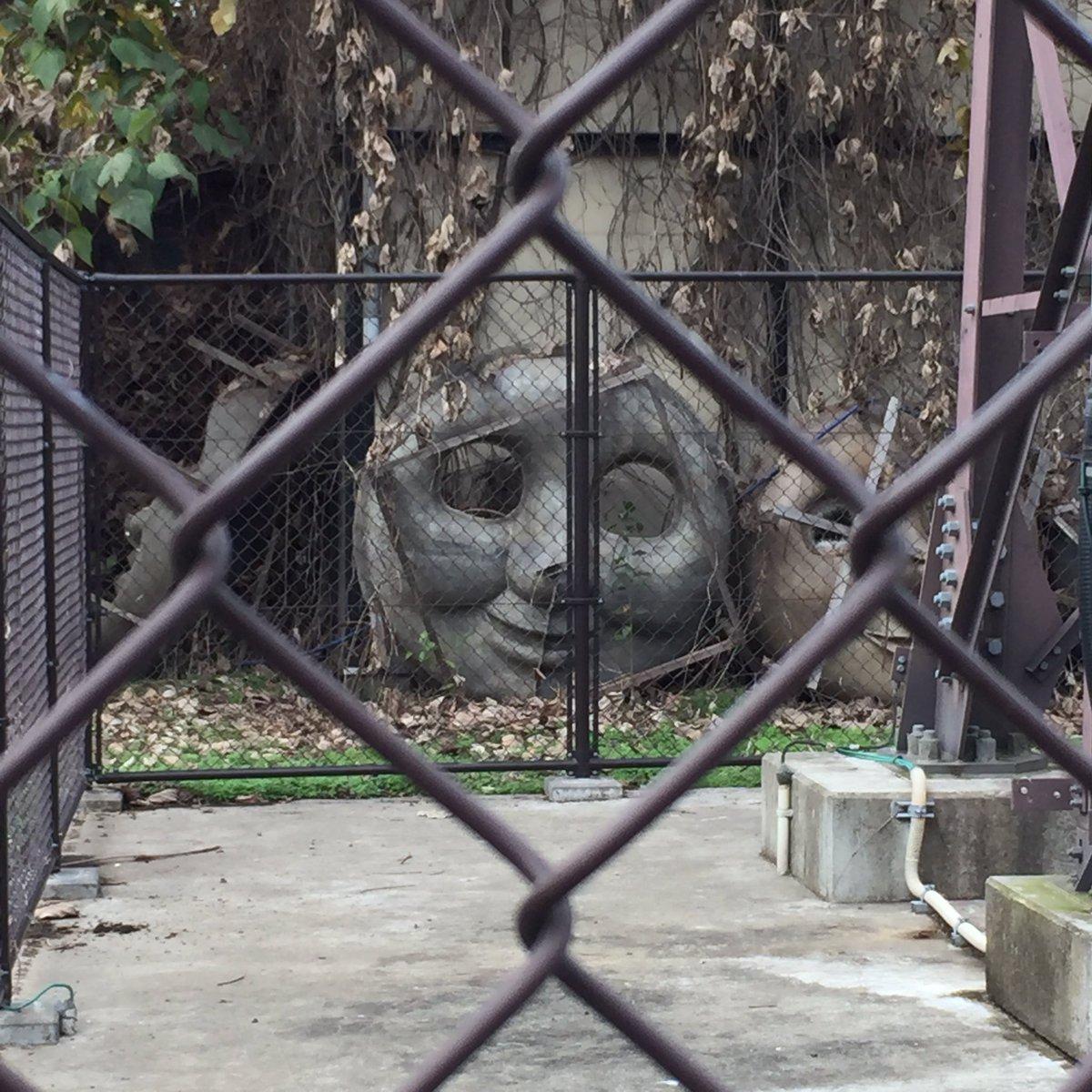 散歩中にトーマスの墓場を見つけてしまった… pic.twitter.com/VmMMlvb8P1