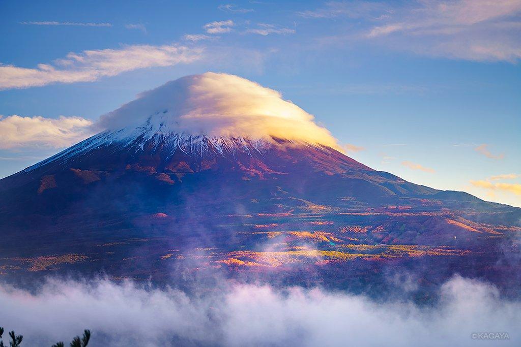 昨日撮影した写真から。綿帽子のような雲をかぶった富士山。紅葉が夕日に照らされています。花の都公園(山梨県)のイルミネーションと夏の大三角。今日もお疲れさまでした。明日もおだやかな一日になりますように。 pic.twitter.com/F9rOFSPa9I